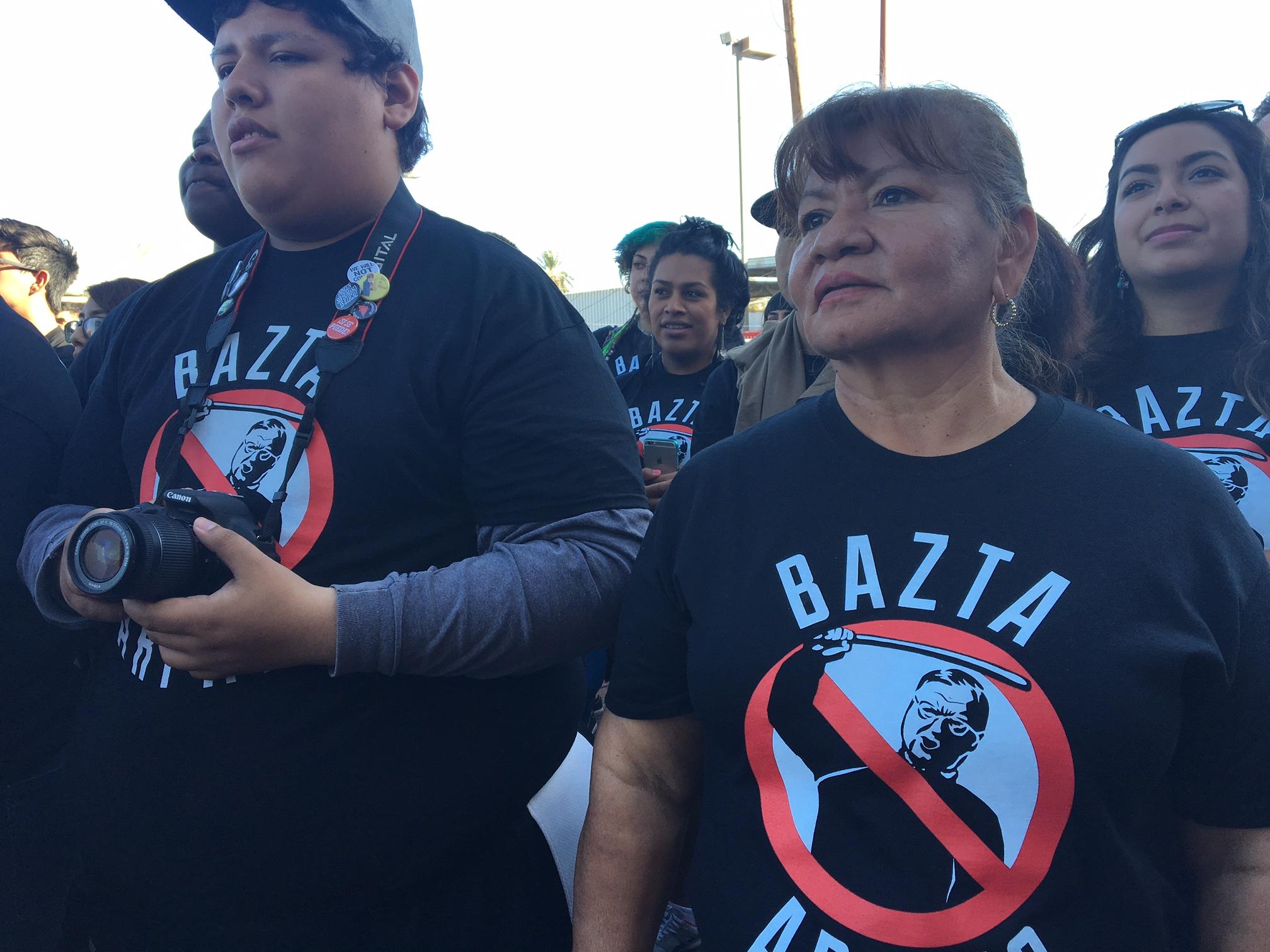 Voluntarios latinos se aprestan para ir a tocar puerta por puerta.