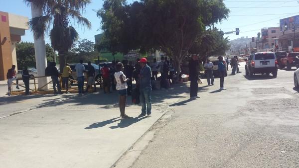 Inmigrantes haitianos en calles de Tijuana. Foto: Manuel Ocaño.