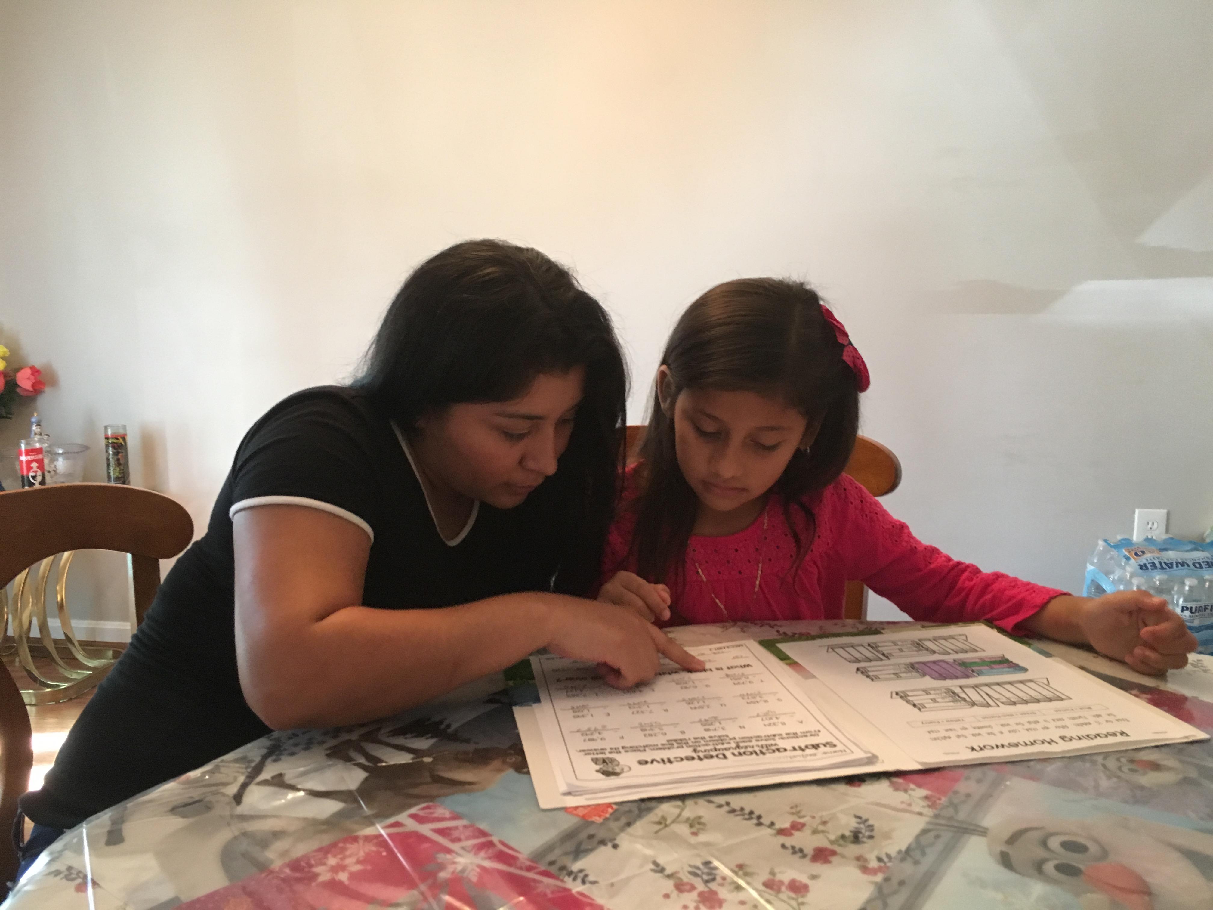 Madre e hija revisando la tarea.