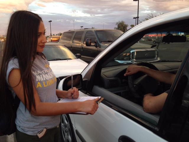 Daniela Camargo, de Mi Familia Vota-AZ, imágenes generales registrando votantes afuera de un supermercado en Phoenix