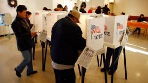 Votantes latinos en las urnas en Arizona. Foto: Fox News Latino.
