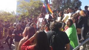 Cientos de estudiantes de 6 preparatorias losangelinas salieron de clases a protestar contra el odio y en favor de la unidad.