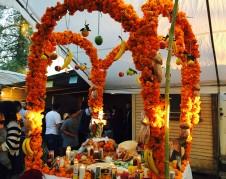 Arco con flores de cempasúchil. Algunas interpretaciones mexicanas del Día de los Muertos consideran que debe haber un arco en las ofrendas o altares, por donde entran los muertos cuando se dice que bajan a la tierra. Foto: Juan Santiago.