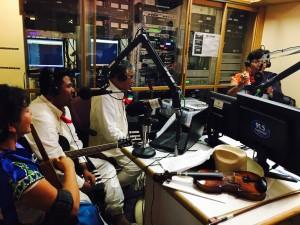 Músicos en la estación de radio hablan de la celebración de Día de Muertos. Foto: Juan Santiago.