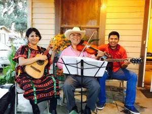 """Jorge Hernández de Santiago Juxtlahuaca, Oaxaca, con su grupo """"Itandiyoo"""", deleitó la fiesta con su música."""