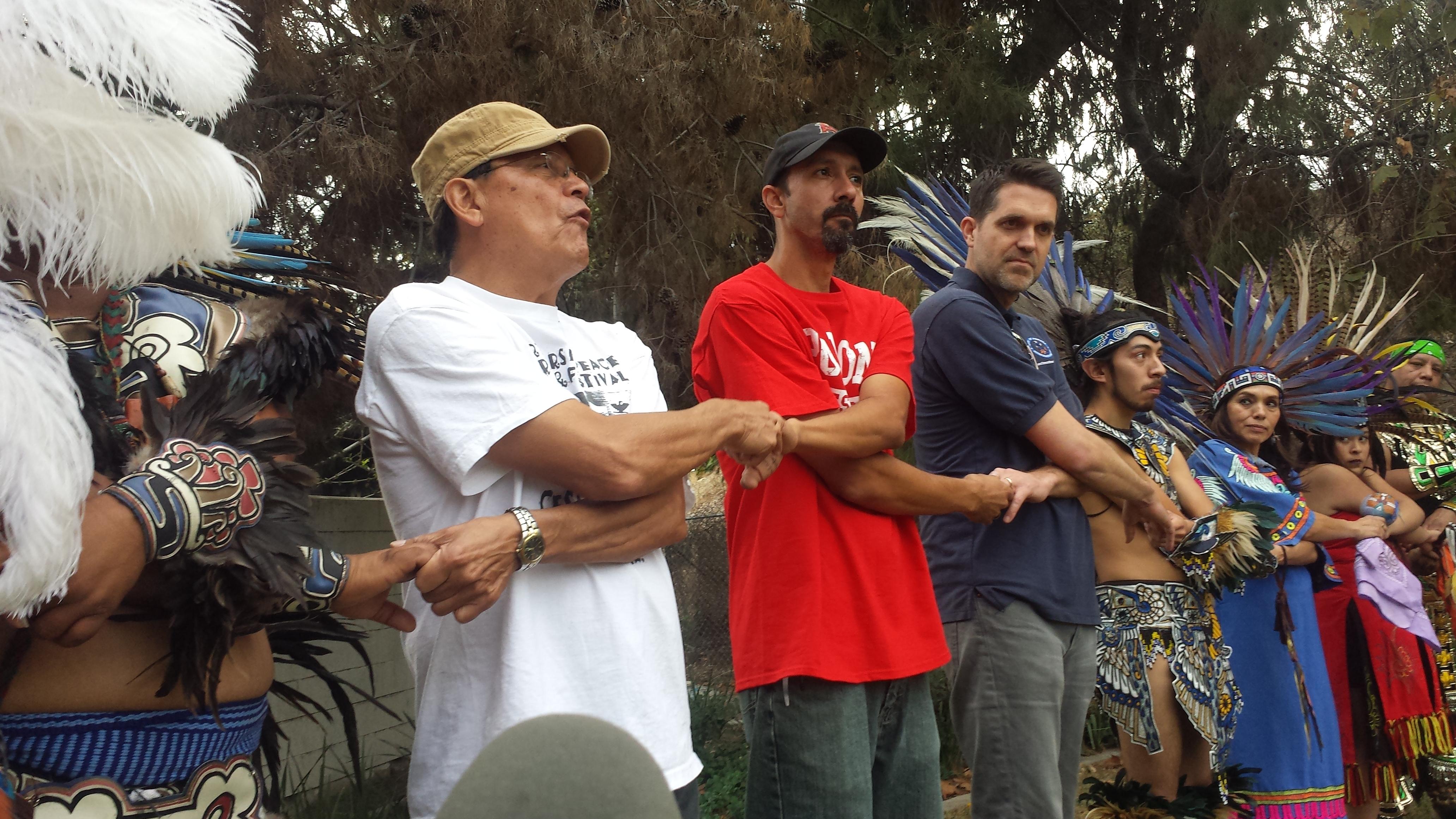 Profesor Jose Calderon, dirige;  De Colores,  cancion simbolica de la lucha de Cesar Chavez. A su lado, Rubio Gonzalez concejal electo y John Nolte concejal saliente