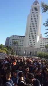 Protesta estudiantil frente a alcaldía de Los Ángeles.