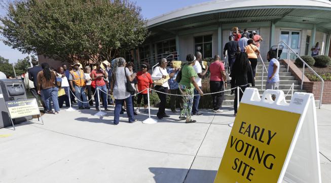 Fila para la votación temprana en Winston-Salem, CN. Foto: Gerry Broome.