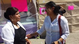 Alfarera Maria Eugelia Elias y su hija Luz, primera reina purepecha del Festival de la Uva. Foto: Ruben Tapia.