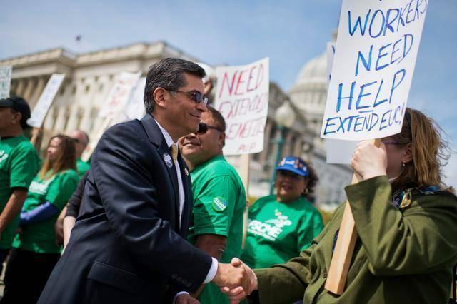 Xabier Becerra en una manifestación de trabajadores en Sacramento California. Foto: Sacramento Bee.