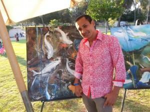 Victor Robinson, artista plastico oaxaqueno frente a obra Inmersiones, en Los Angeles,CA.