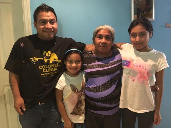 Irene Martínez Mejía se reúne con su hijo Alejandro y sus dos nietas luego de 16 años sin ver a su hijo, Foto: Alissa Escarce.