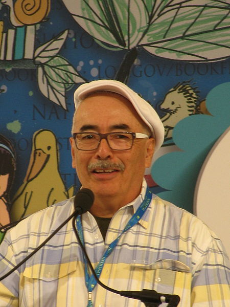 Juan Felipe Herrera leyendo en el Festival Nacional de Libros - The National Book Festival. Foto: S L O W K I N G  @ Wikipedia.