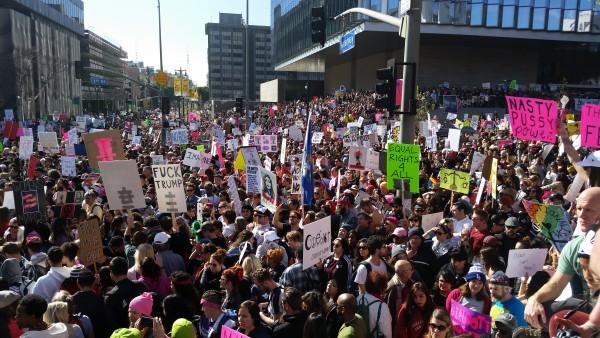 Imagen parcial de las más de 700 mil mujeres que marcharon en Los Ángeles contralas  políticas de Trump. Foto: Rubén Tapia.
