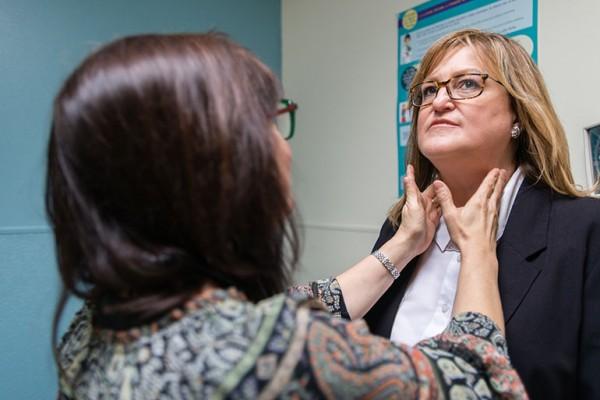 Lisa Zeelander, a doctor at Valley Community Healthcare, examines Richardson in December 2016. (Heidi de Marco/California Healthline)