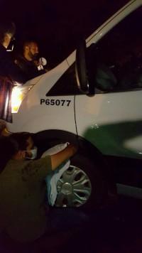 Look Black y Manuel Saldaña bloquean salida de camioneta de migración que transporta a Guadalupe García.
