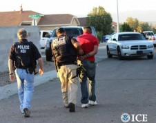 Areestado por agentes de ICE, por una infracción de tránsito.
