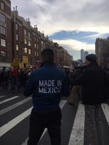 Fotógrafo fotografiado en una de las intersecciones del Greenwich Village durante la marcha de hoy sábado. Foto: MVG.