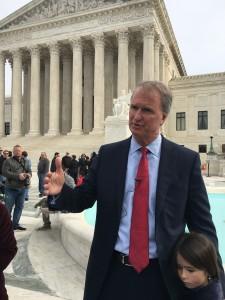 Abogado Robert Hilliard en conferencia de presnsa afuera de la sede de la Suprema Corte de Justicia en Washington, D.C. Foto: José López Zamorano