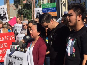 Guadalupe García de Rayos habla antes de presentarse en las oficinas de ICE junto a su esposo y su hijo.
