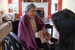 Tania Yanes se encuentra con su madre, Blanca Rose Rivera, en su sala de estar de North Hollywood, California, el domingo 27 de noviembre de 2016. Foto: Heidi de Marco / KHN.
