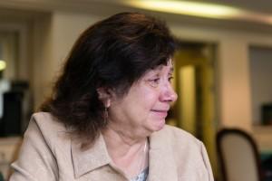 Bárbara Márquez se acongoja mientras visita a su madre en Sagebrook Senior Living en Carmichael, California, el viernes 16 de diciembre de 2016. La decisión de Moverla hacia la vida asistida era una decisión difícil para la familia, dijo Márquez. (Heidi deMarco / KHN).