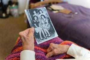 Blanca Rosa Rivera observa una foto familiar. Foto: Heidi de Marco/KHN.
