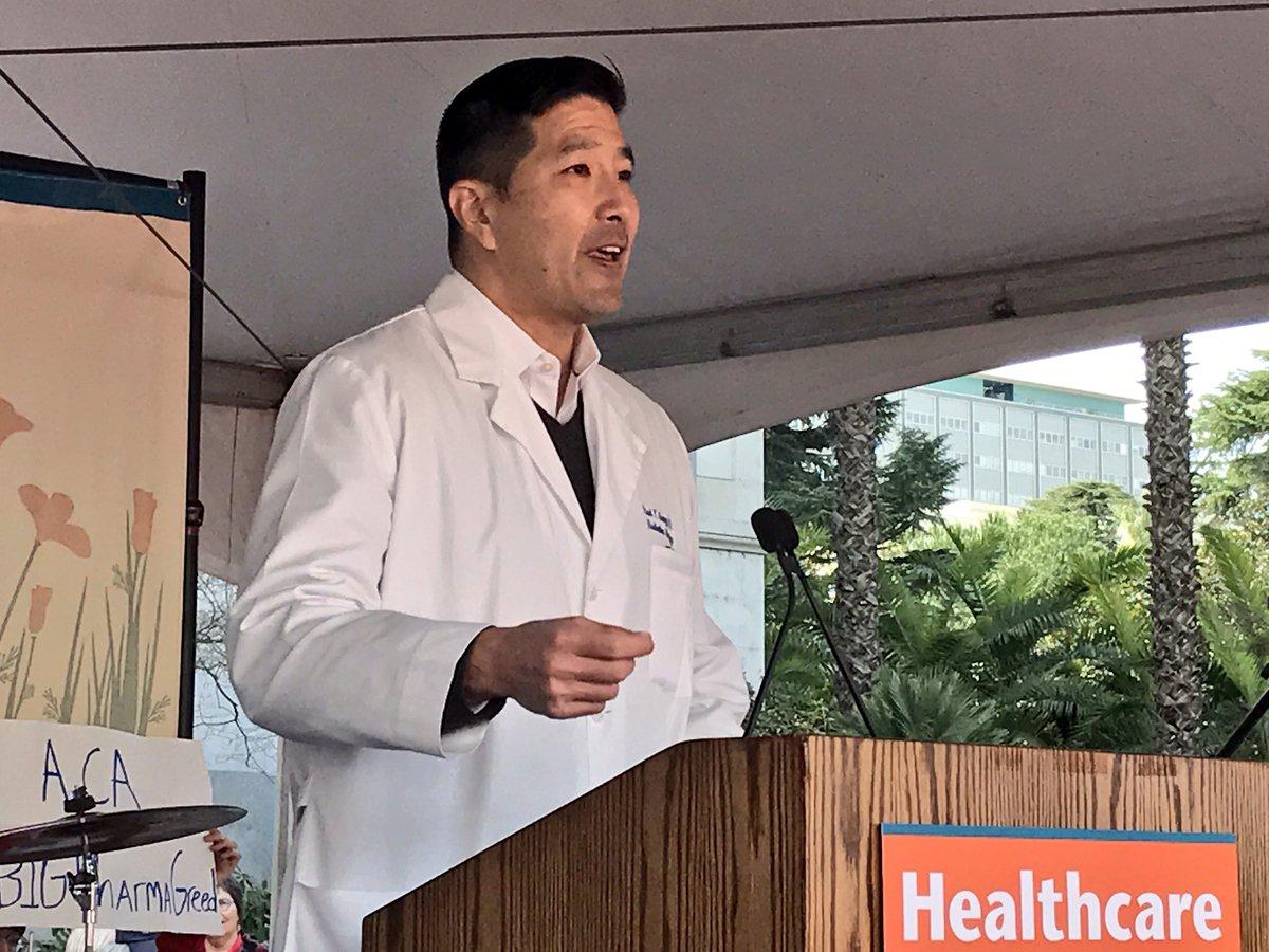 """""""La industria de seguros malgasta 20 centavos de cada dólar en gastos de mercadotecnia, administrativos y en salarios para ejecutivos"""" - Dr. Paul Song dijo durante anuncio de la SB562"""