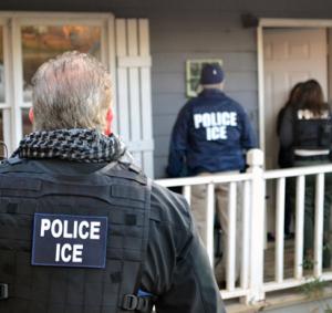 Agentes de ICE allanando un domicilio particular.