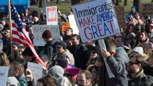 Manifestantes se reúnen en Battery Park y marchan a las oficinas de Inmigración y Control de Aduanas en Manhattan para protestar contra la orden del Presidente Trump . Foto: Bryan R. Smith/AFP.