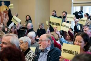 Enojados republicanos en un mitin con su representante Jim Sensenbrener en el ayuntamiento de Pewaukee,  Wisconsin. Foto: thepropertygazette.org