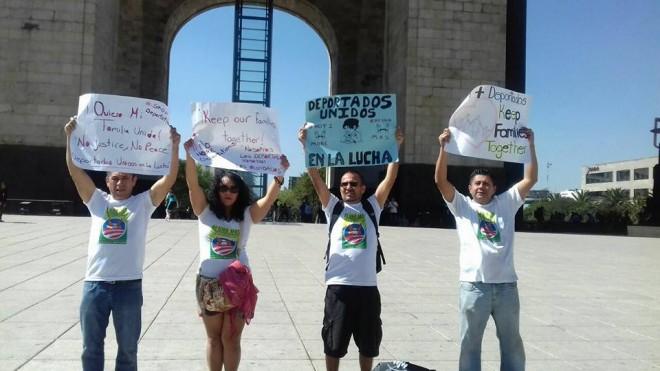 Jóvenes mexicanos deportados de Estados Unidos a la Ciudad de México, en el Monumento de la Revolución Mexicana, muestran en sus carteles el nombre de su agrupación, Deportados en Lucha, y los propósitos que los animan. Foto: Raúl Silva.