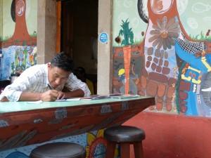 Ubaldo Ramírez, dibujando motivos de los murales del  Café Red Kat.