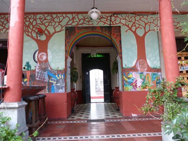 Entrada al Café Red Kat, cuyas paredes se hallan decoradas con murales de colores que cuentan antiguas historias y leyendas mayas.