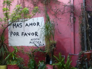 """Mural en Café Red Kat, con el lema de """"Más Amor por Favor"""", del grupo Acción Poética Xela."""