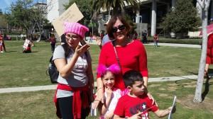 Empresaria Teresa Valenzuela con hija y nietos, fueron a representar a 30 mujeres de su familia que no pudieron asistir.