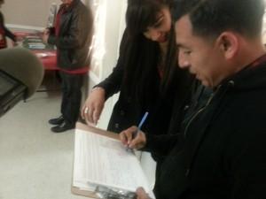 Gabriela Fernández, coordinadora de la Fundación para Jóvenes Dolores Huerta mira las firmas para la petición de rechazo a las armas en las escuelas.