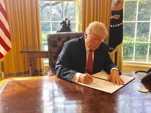 El presidente Trump en la Oficina Oval, firmando la orden ejecutiva que veta la entrada de musulmanes de seis países. Foto: La Casa Blanca.