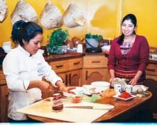 En la cocina del Café Red Kat, producen la comida mientras practican sus lecciones sobre cómo cocinar, como parte del 'sueño guatemalteco'.
