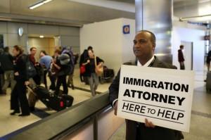 Abogado voluntariamente ofrece sus servicios legales gratuitos el 31 de enero de 2017 en el Aeropuerto Internacional de Los Ángeles. Foto: Reuters/Mónica Almeida.