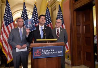 El vocero de la Cámara de Representantes, Paul Ryan (R-Wis), al centgro, el jefe del Comité de Energía y Comercio, Greg Walden (R-Ore), a la izquierda, y a la derecha Kevin McCarthy (R-CA). Foto: Susan Walsh/Associated Press.