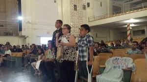Teresa Márquez, líder de Madres del Esta de L.A. y sus nietos durante audiencia legislativa en zona contaminada por Exide.