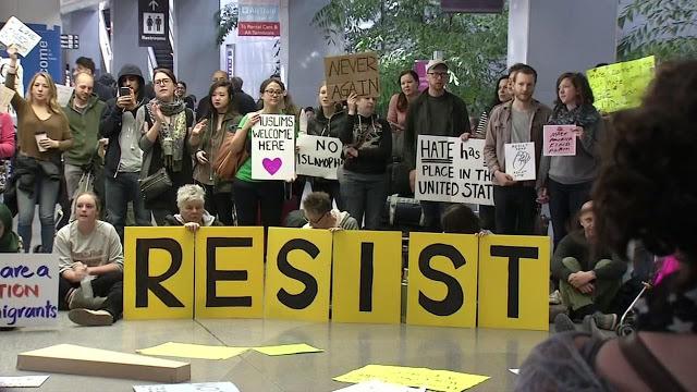 Protesta contra la prohibición de entrada a EEUU del presidente Trump en el aeropuerto internacional de San Francisco. Foto: www.southasianinvestro.blogspot.com