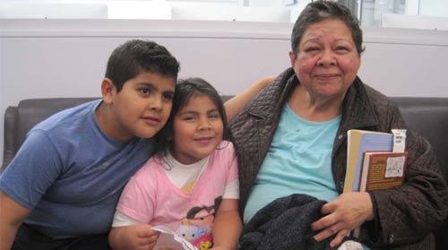 María Isabel García con dos de sus nietos en las instalaciones de Community Coalition, una organización del sur de Los Ángeles que ofrece ayuda a abuelas que se hacen cargo de sus nietos (Francisco Castro/ La Opinión).