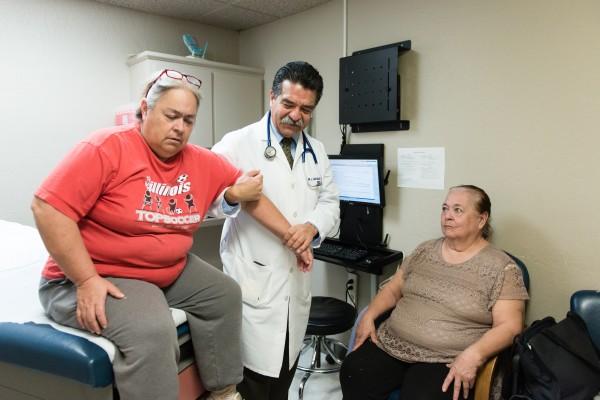 Luis Bautista, un internista en el Centro Médico Bautista en Fresno, California, examina a pacientes inmigrantes cuya mayoría temen perder el seguro de salud que recibieron bajo la Ley de Cuidado de Salud Asequible. Foto: Heidi de Marco / KHN.