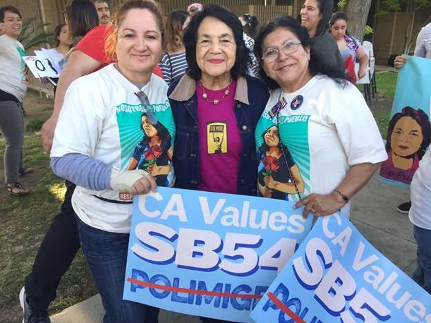 La legendaria Dolores Huerta se une a la caravana en Bakersfield, California.
