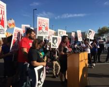 María Castro es una organizadora de PUENTE Arizona, y aseguró frente a un grupo que protestaba afuera de la cárcel que las condiciones todavía son precarias en muchas de las cárceles del nuevo sheriff.