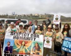 Miembros de la Caravana Contra el Miedo protestan en línea fronteriza entre San Ysidro, California y Tijuana, Baja California, México.