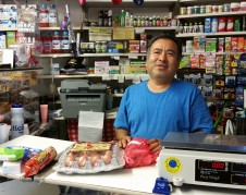 Silvestre Tobar, despacha en la tienda que hace 25 aniso fue arrasada por el fuego y recuerda lo que vivio en ese barrio donde todavia vive.