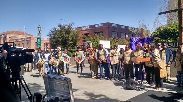 Arranca caravana en Sacramento. En el micrófono, a líder sindical Alejandra Valles.